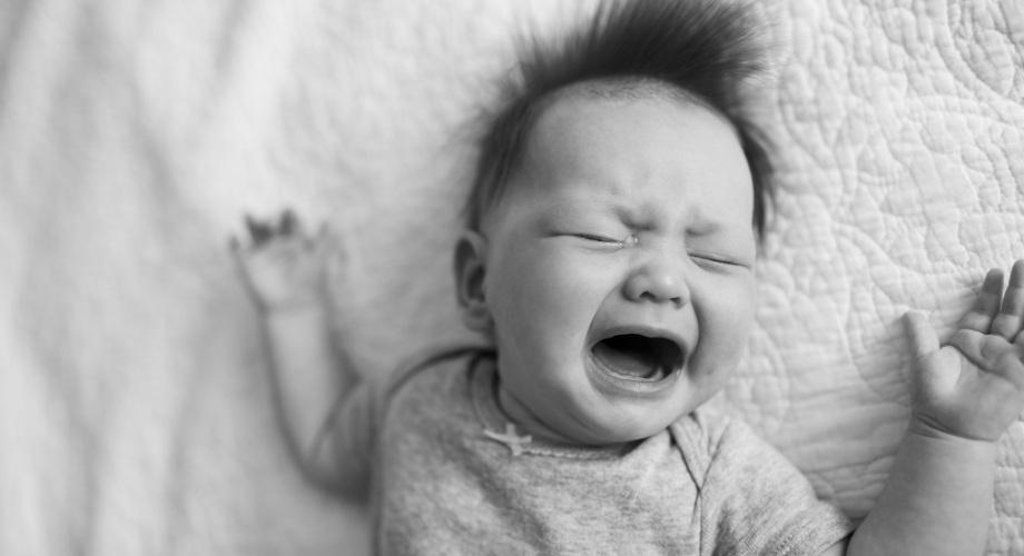 pourquoi le bébé pleure pendant son sommeil