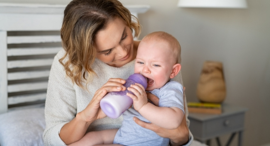 Bébé pleure pendant le biberon