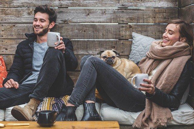 homme femme et chien