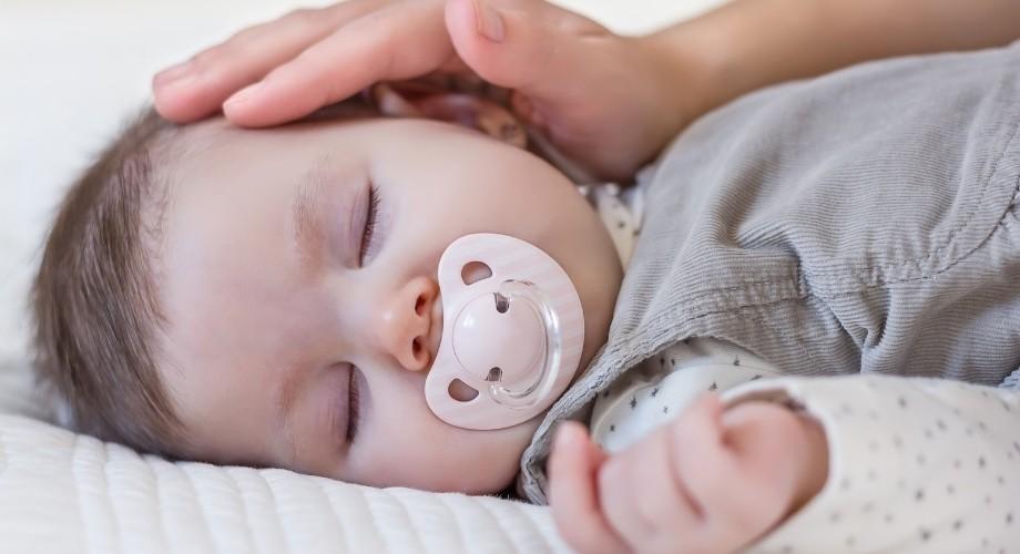 bébé a besoin de correctement apprendre à faire ses nuits