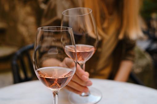 verres de vin blanc et rouge