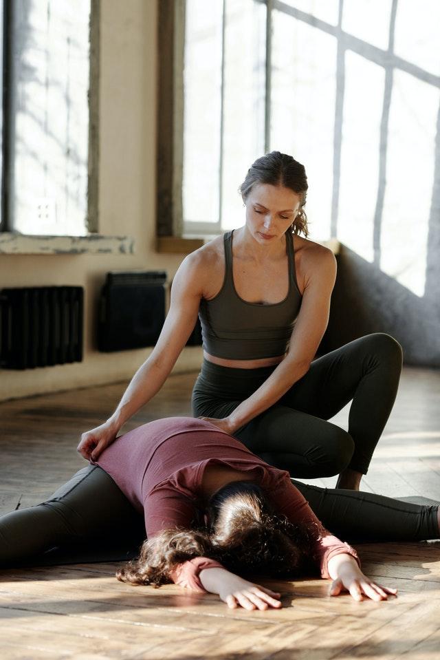 un bon professeur de yoga aide les autres
