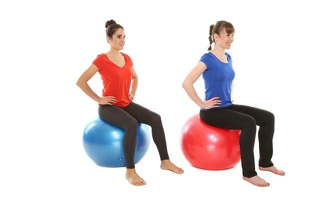 femmes sur ballon de fitness