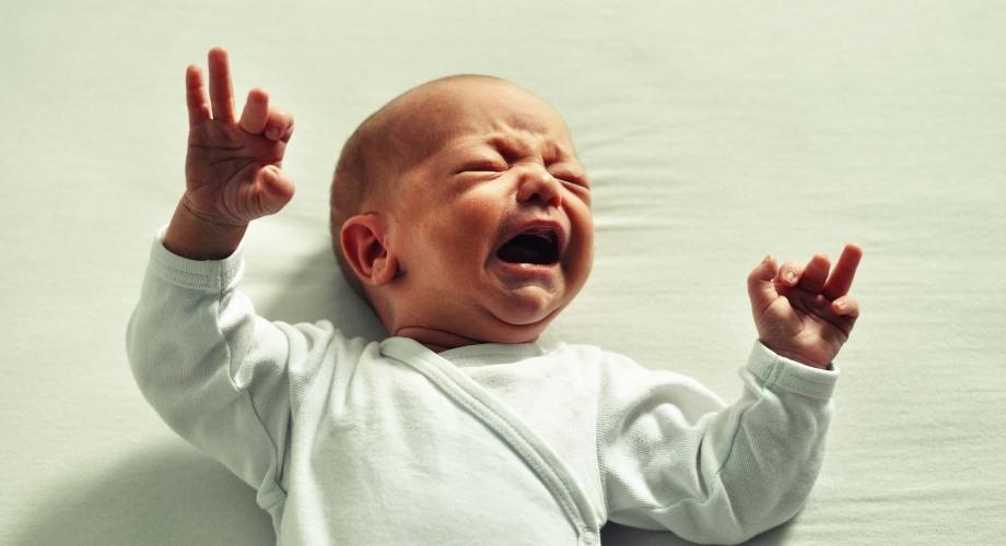 cause des pleurs chez un bébé de 2 mois