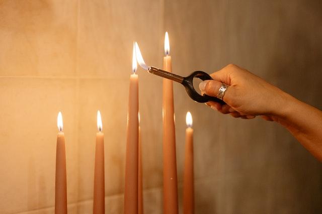 allumer les bougies avec le briquet