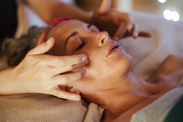 massage oculaire pour réduire les cernes