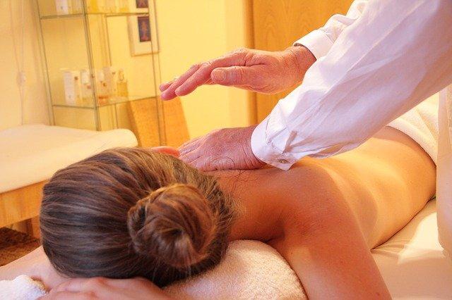 massage femme sur une table