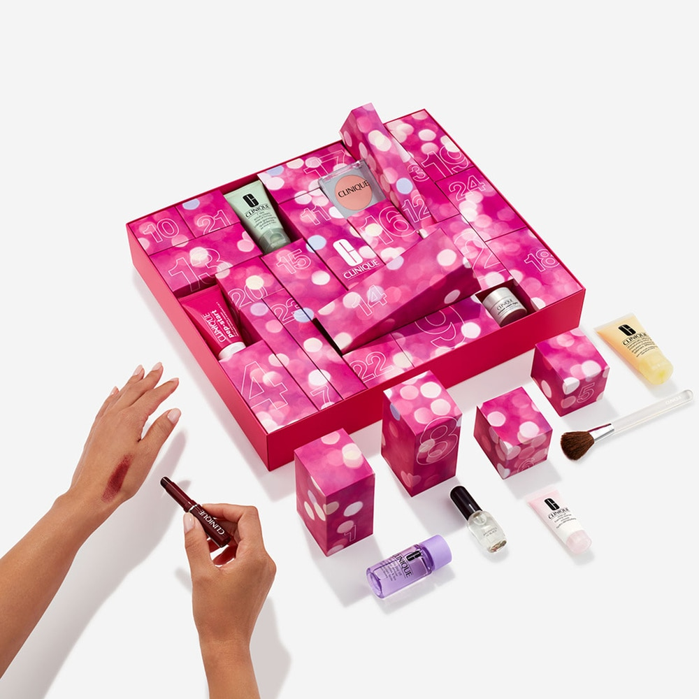 Le calendrier de l'avent beauté de Clinique propose 24 boites individuelles rose à pois blanc