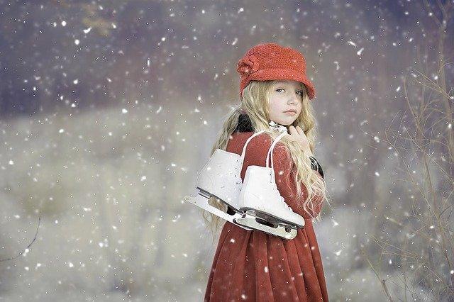 petite fille hiver patins à glace