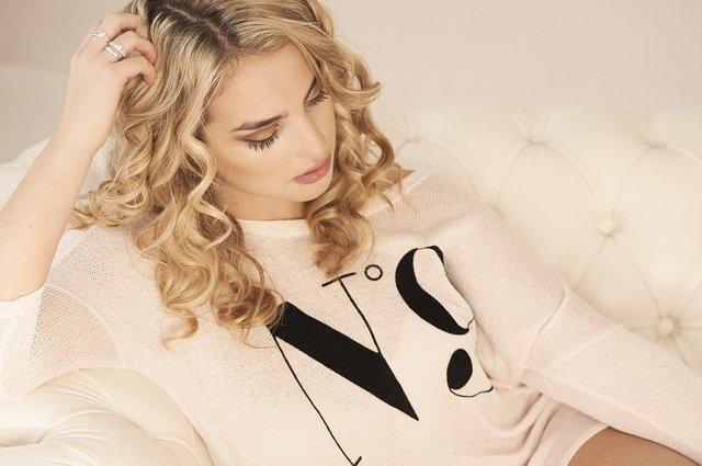 femme aux cheveux doux et blonds