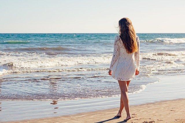 femme en robe d'été