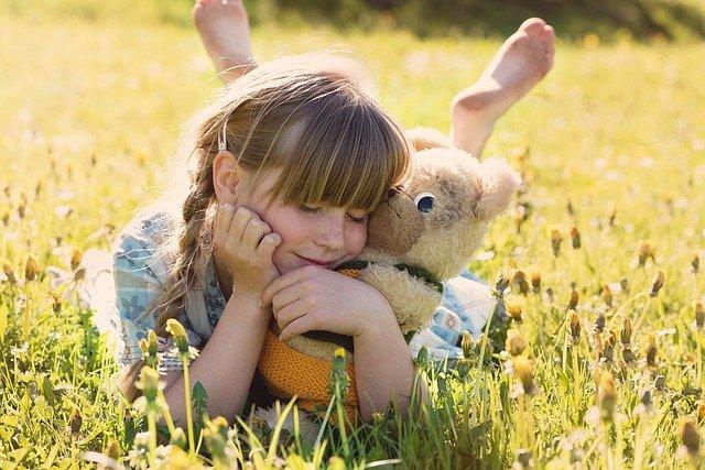 petite fille et son ours en peluche